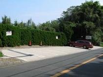 9. 駐車場はコンクリート舗装で13台分あります