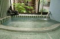 庭をのぞむ温泉