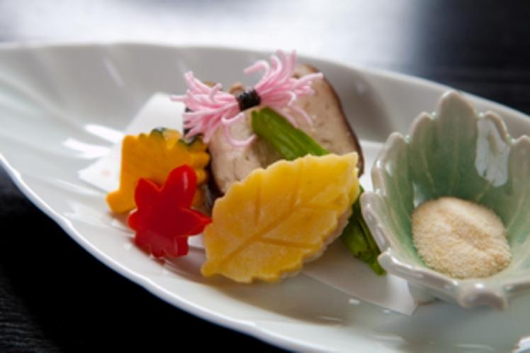 【先付】焼茄子豆腐 鉄火味噌 松の実 菊花