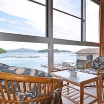*オーシャンビューの客室 窓際の椅子に座って眺める景色は格別。