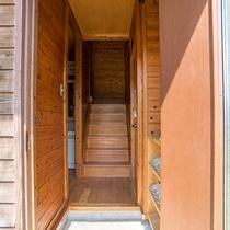 *【コテージ内入口】木のぬくもりを感じる玄関