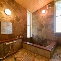 *【コテージ内岩風呂】プライベートな空間で温泉をご堪能ください!雰囲気のある岩壁で気持ちよさ◎。