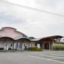 *【外観】駐車場50台アリ!徒歩3分のところに「七城温泉ドーム」もございます。