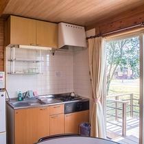 *【コテージ内キッチン】冷蔵庫・炊飯器・調理器具・皿類も揃っています。