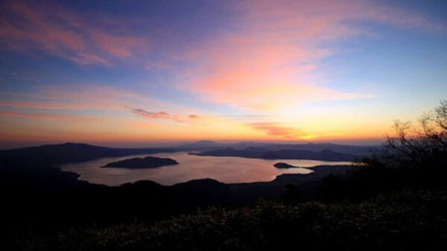 朝焼けと屈斜路湖。津別峠展望台より