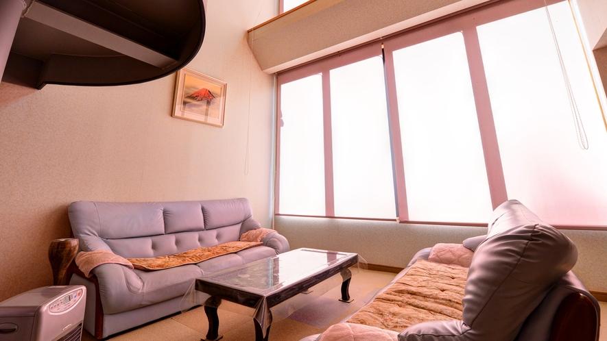 *館内の様子 天井の高い大きな窓からはやさしい日の光が差し込みます。ぬくもりある空間で寛ぎのひと時を