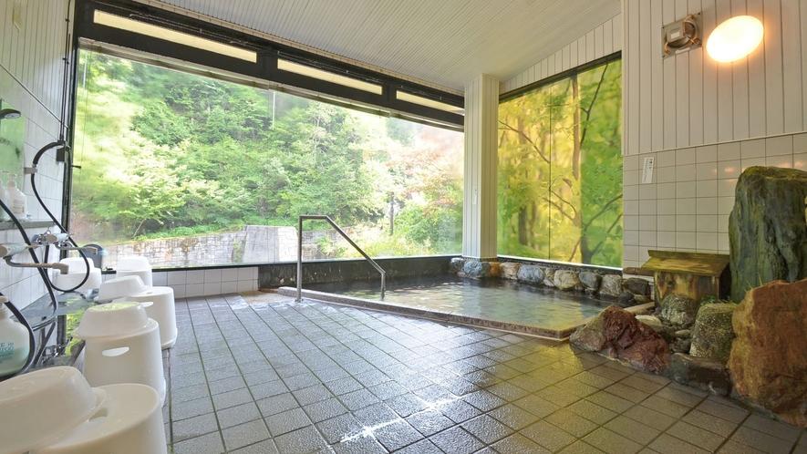 *【男湯】渓流沿いに建つ当館。清涼感のある景色が、窓から楽しめます。