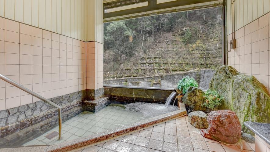 *大浴場 男女入れ替え/渓流沿いに建つ当館。清涼感のある景色が、窓から楽しめます。