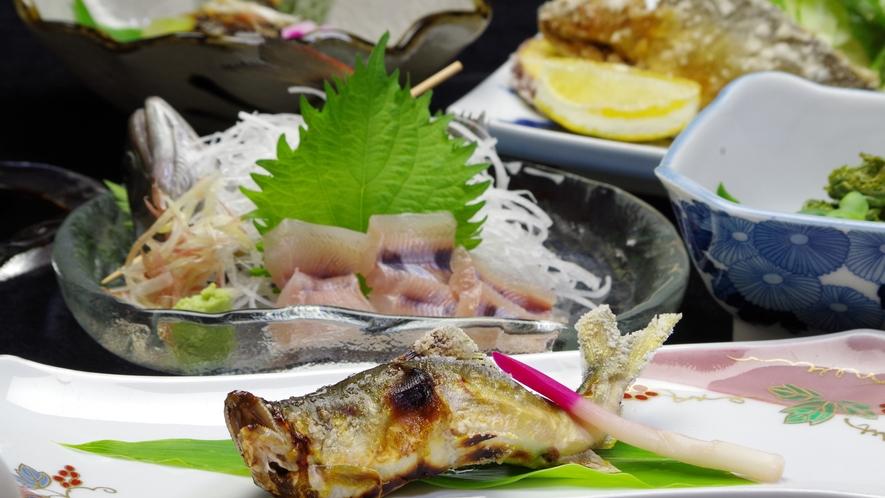 *長良川の天然鮎を使った料理。主人自ら川に入り、その日に釣り上げた活け鮎を使います。