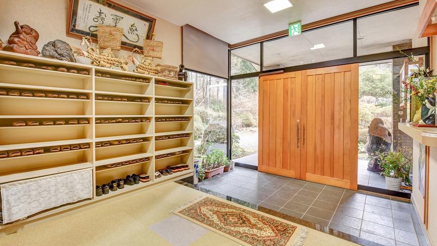 *玄関/高畑温泉唯一の宿である当館は、山間に建つ一軒宿です