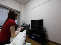洋室7.8帖 32型テレビ・DVDプレイヤー・ベット・デスク・掃除機等 ユニットタイプ