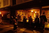 石垣屋の前で宴2