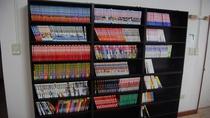 【本棚】 マンガや本を用意しています。お部屋にもお持ちいただけます。