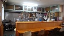 【キッチン】 自炊可能なキッチンです。塩、砂糖、醤油、油は無料でお使いいただけます。