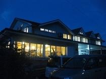 民宿屋久島の外観(夜)