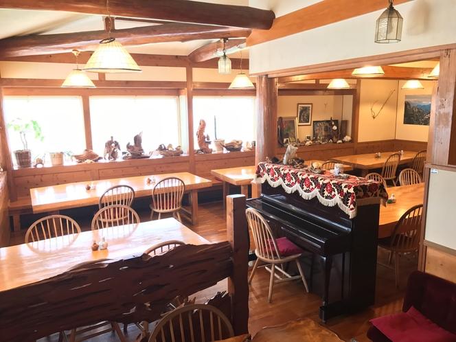 屋久杉に囲まれた食堂