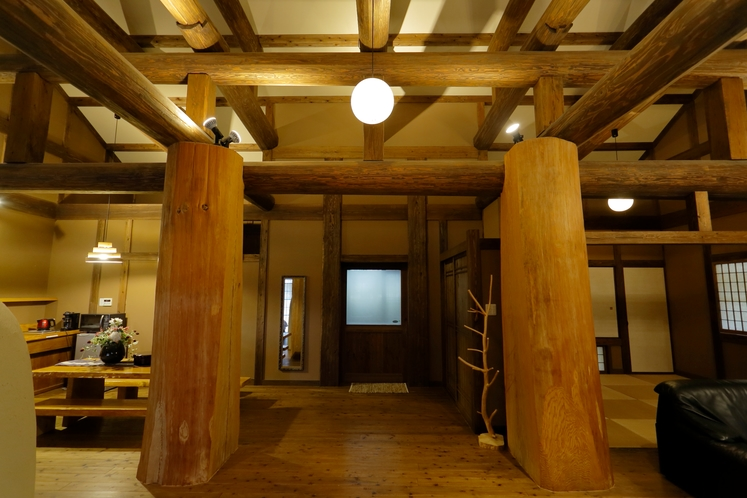 あぎゃん 樹齢120年の無垢の杉柱