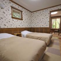 *2名用コテージ_ベッドルーム/シンプルながらも小窓を開ければ季節を感じる風が通り抜けます。