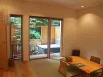 天然温泉露天風呂付き客室〜坪庭に露天風呂があります〜