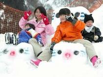 家族で楽しく雪遊び!
