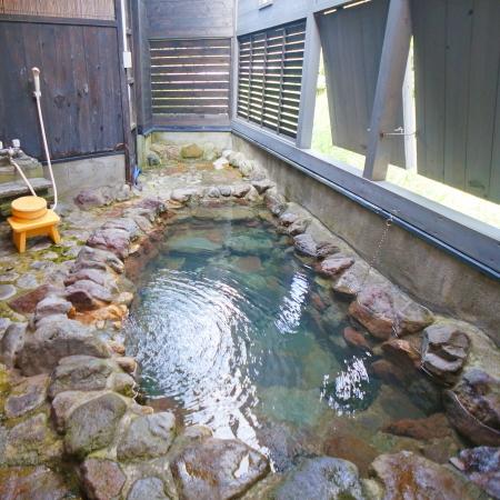 清流を望む露天風呂は貸切でゆったり満喫して下さい。