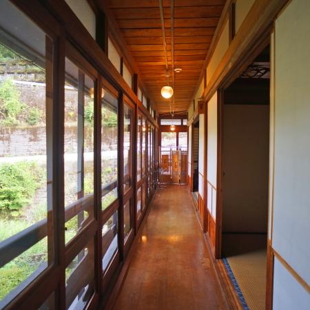2階・14畳「星の間」です。客室内の通路からは四季折々の景色を望めます♪