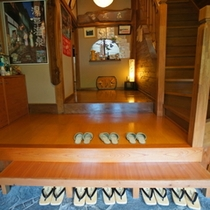 玄関をくぐると暖かな光がお客様をお出迎えします