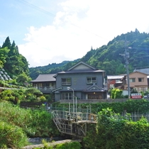 昭和初期のノスタルジックな外観。5月下旬から7月初旬ごろ蛍が見られます。