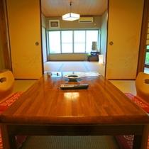 1階・10.5畳「梅の間」です。二間続きのお部屋でゆったりできます♪客室からは中庭が見られます♪