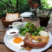 朝食には焼きたてのパンや丹波の新鮮な食材を使ったモーニングプレレートをご用意♪
