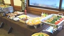 *パン、自家製ジャム、ベーコン、地野菜のサラダなどバイキング形式の朝食