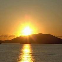 目の前に輝く夕日【当館より撮影】