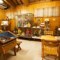 *【茶屋たかにゃ】お店の奥では竹富の民芸品などを展示。こちらで手作り体験もできます。