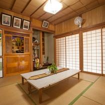 *【本館】玄関からすぐ右奥にあるお部屋。高那旅館の歴史ともいえるご先祖様の写真が飾られる仏間。