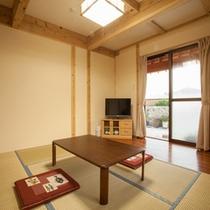 *【離れ】木の温もりあふれる和室。6畳+縁側2畳のゆったりとした空間です。