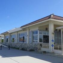 *【竹富港ターミナル】島の玄関口。種類は少ないですが、簡単なお土産屋さんもあります。