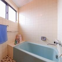 *【別館・洋室】バストイレ・冷房・冷蔵庫を完備しております。