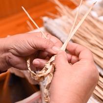 *沖縄の手仕事。草人形作りも体験できます。