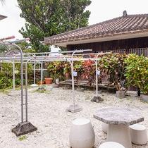 *中庭の物干し場:ランドリーで洗って沖縄の風で乾燥