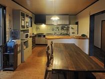 【ダイニング&キッチン】冷蔵庫等など電化製品も揃っています。