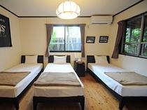 【トリプル】シングルベッド3つの落ち着けるお部屋です。