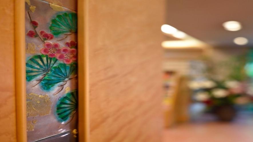 ◆ロビーの柱に散りばめられた『四季草木図』が京都らしさを感じさせる