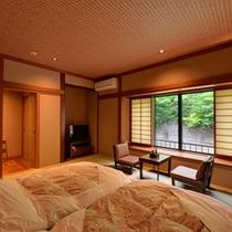 *新館和室(橙)/四万川のせせらぎに耳を傾け、心安らぐひと時をお過ごし下さい。