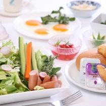 生野菜サラダやパンの洋食も充実しています。