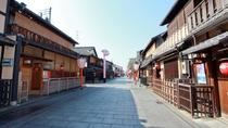祇園の花見小路界隈には風情ある有名店が並びます。