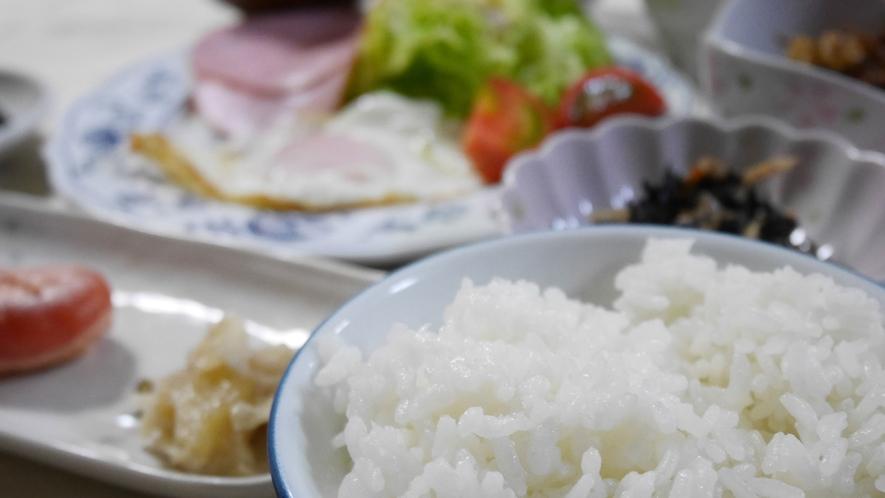 *朝食/自家製米の炊きたてご飯をご用意いたします。