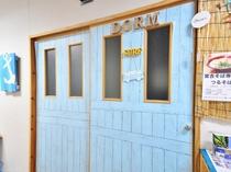 【1階ドミトリー入口】海を思わせる明るいブルーの入口
