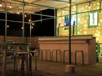 【屋上特設バー】広々としたスペースでカジュアルにお酒を楽しめます