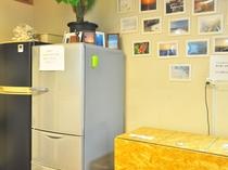 【1階共同スぺース】自由にご利用いただける冷蔵庫は2台あります。