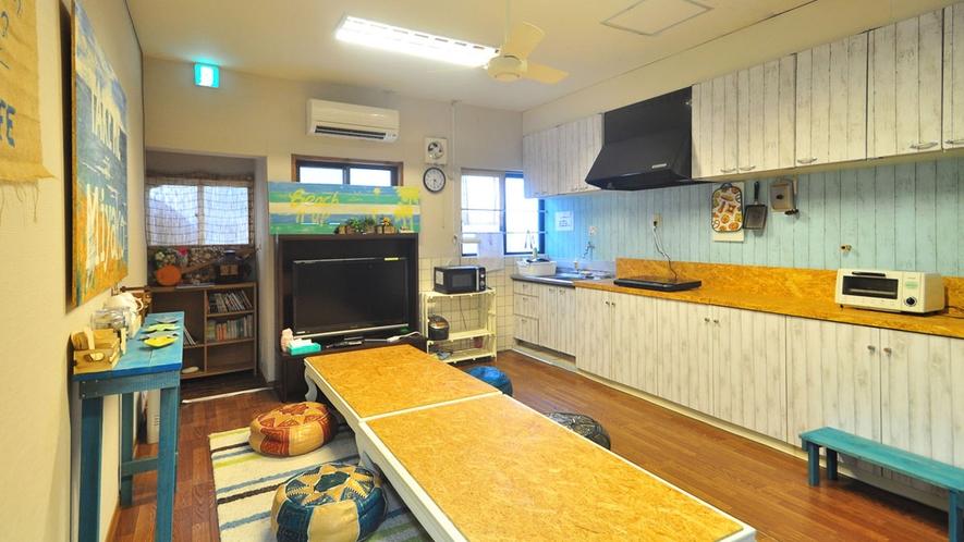 【1階共同スぺース】みんなで寛げる共有スペースには自由に使えるキッチンもあります